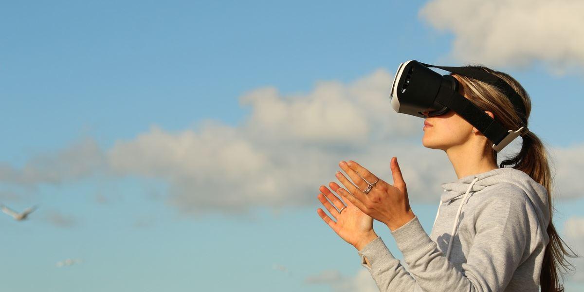 Ragazza che indossa un visore per la realtà aumentata
