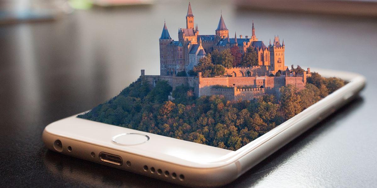 Smartphone con proiezione di un castello virtuale dal display