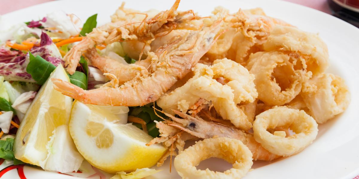 Frittura di gamberoni e calamari, spicchio di limone e insalata mista