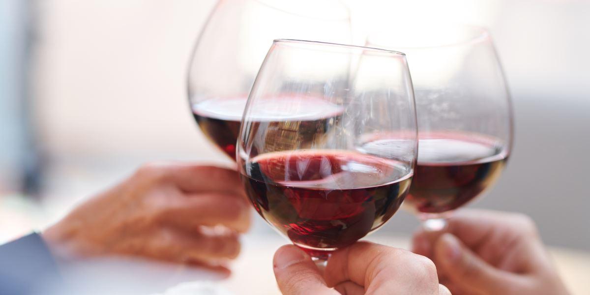 Brindisi con bicchieri di vino