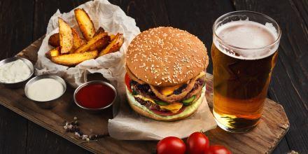 Maionese, Ketchup, patatine fritte, bicchiere di birra e panino, International Street Food 2019 Bari