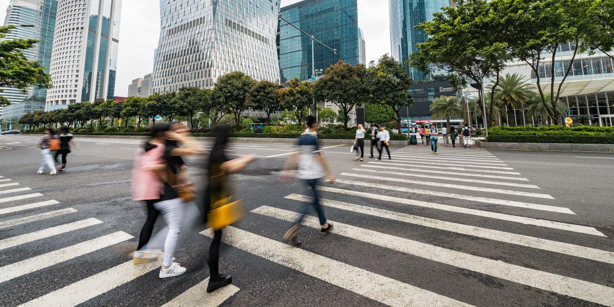 Persone che attraversano la strada