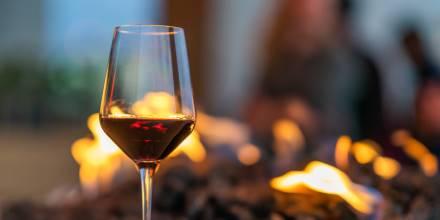 Bicchiere di vino rosso e fuoco - Cucina di montagna