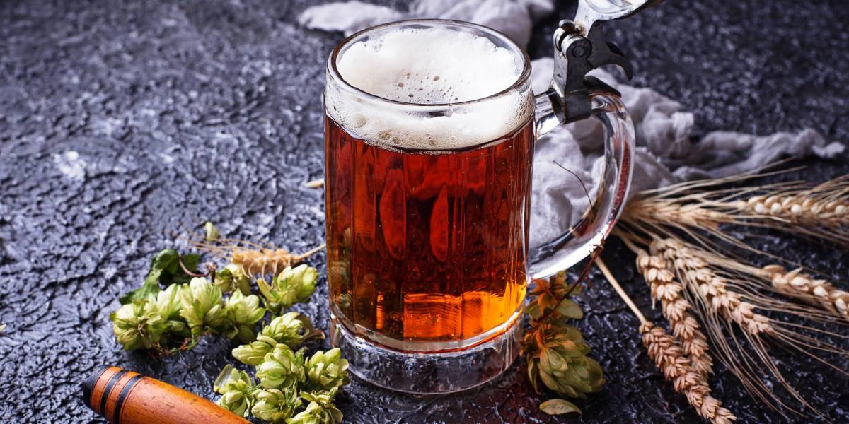 La birra artigianale in Italia - Boccale di birra, spighe di grano e luppolo