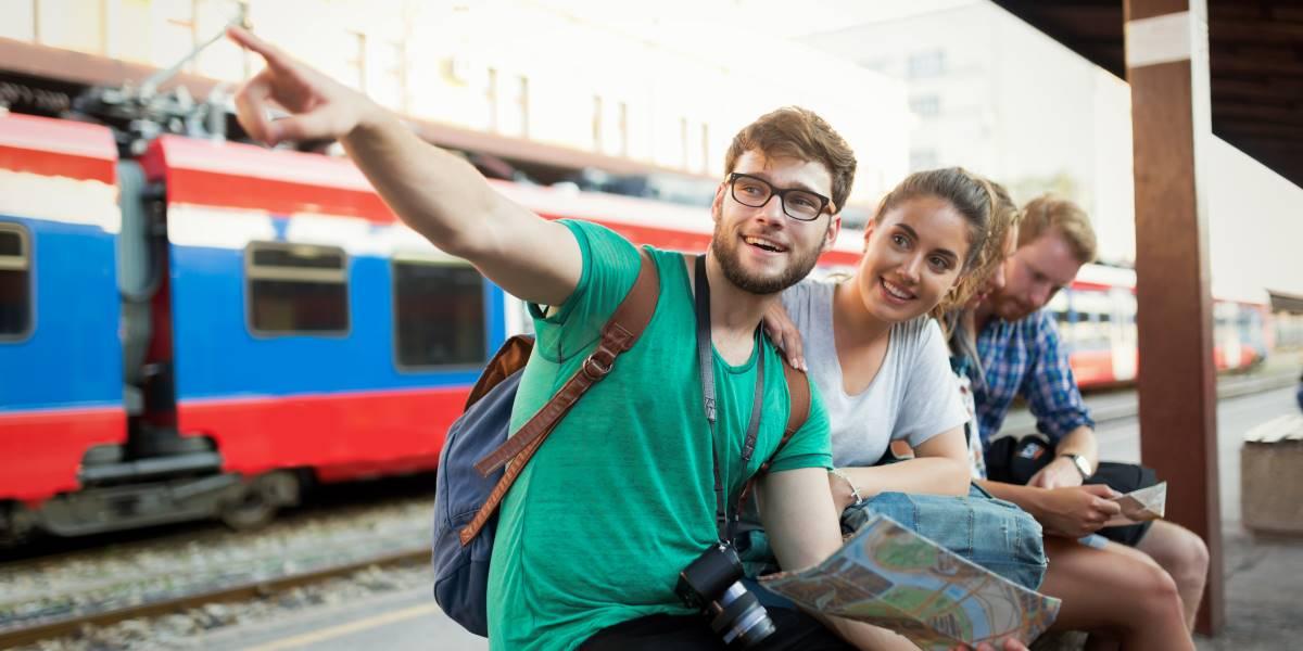 Il turismo sostenibile - Ragazzi che aspettano il treno