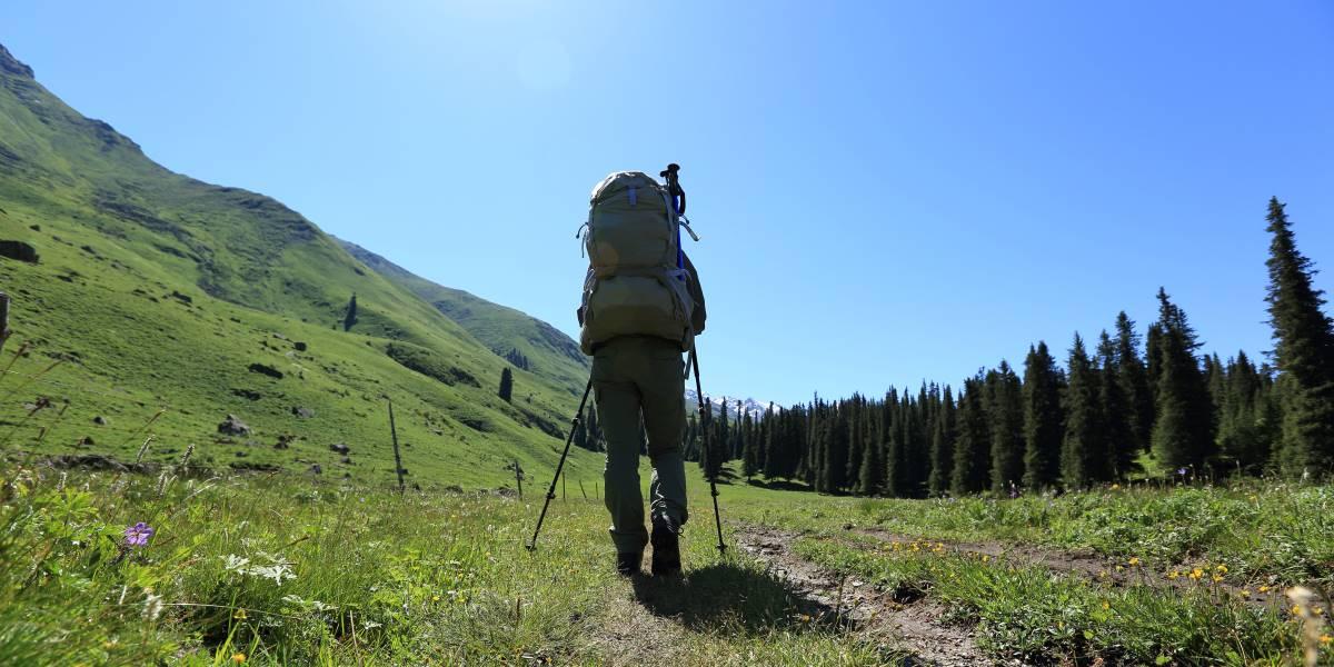 Il turismo sostenibile - Uomo che pratica trekking