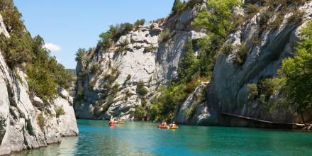 Il turismo sostenibile - Persone che praticano rafting